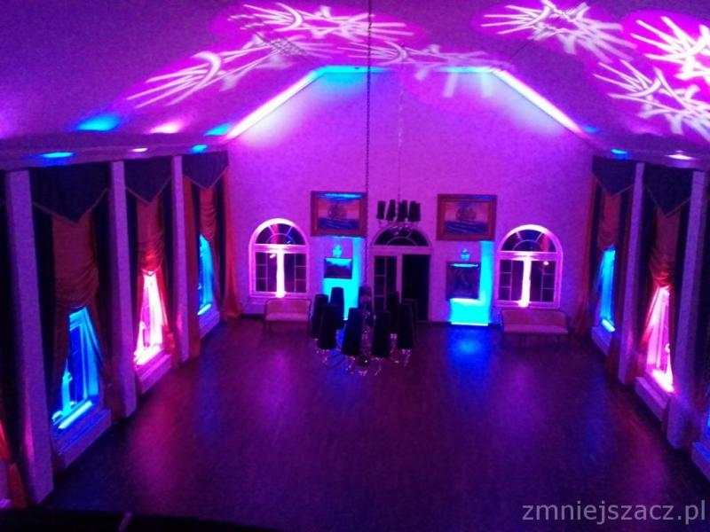 Dekoracyjne oświetlenie sali. Ciężki dym na pierwszy taniec