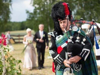 Szkocki dudziarz. Szkockie wesele w kratkę.